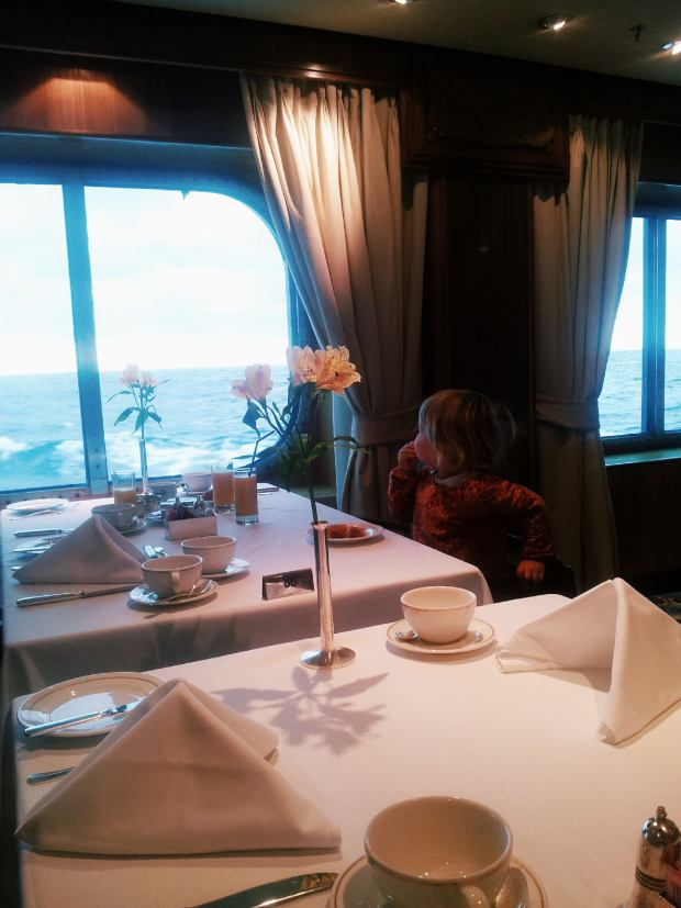 breakfast with a sea view on the Queen Mary 2